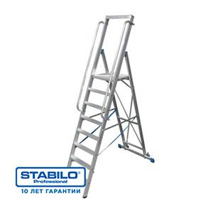 Лестница-стремянка, оборудованная большой площадкой и поручнем